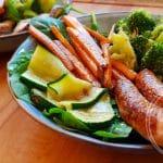 Gegrilde groente met kipworstjes