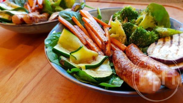 Gegrilde groenten met kipworstjes